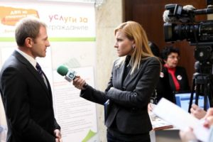 Gabriela_Naplatanova_taking_an_interview_feat